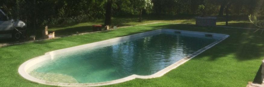 Installation gazon synthétique 40 mm en Ardèche sur la commune de Privas autours d'une piscine