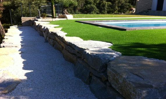 Installation gazon synthétique 35 mm autours d'une piscine avec un enrochement à Apt 84400