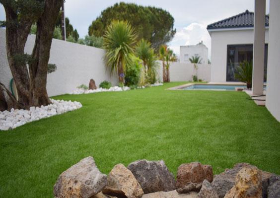 Jardin paysagé avec tours de piscine en gazon synthétique 40 mm sur la commune de Carpentras 84200