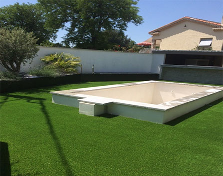 Tours de piscine en gazon synthétique 40 mm a Cavaillon, superficie du jardin 125 m²