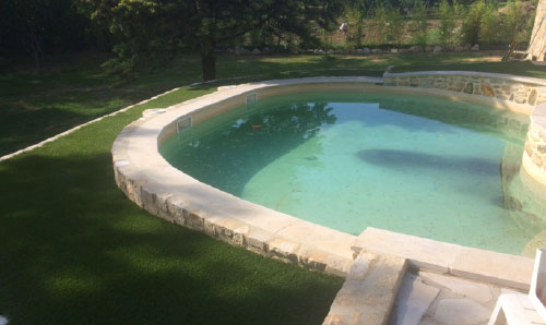 Gazon synthétique 35 mm posé autours d'une piscine sur le secteur de GIGEAN dans le département de l'Hérault