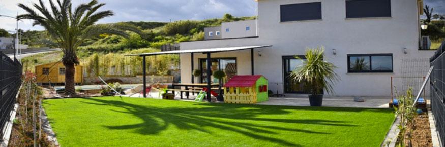 Gazon synthétique 45 mm dans un jardin d'une maison contemporaine sur la commune de l'Isle-sur-la-Sorgue 84800, superficie de l'aménagement paysagé 110 m²