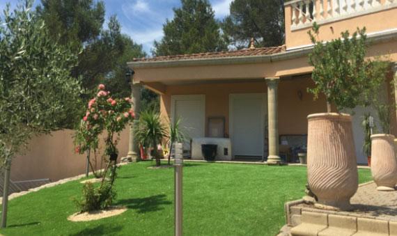 Installation en gazon synthétique 40 mm dans un jardin sur la commune de Pertuis 84120 , superficie 85 m².